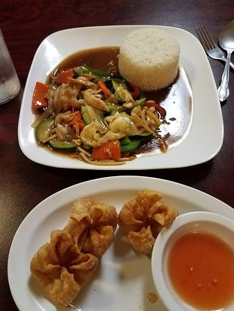 Siloam Springs, AR: basil chicken vegetables and crab rangoon