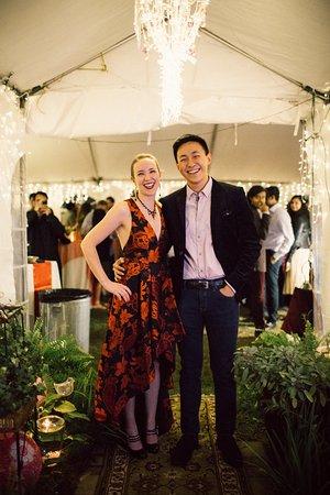 Hunter, Nova York: A happy Bride and Groom under the Chandelier