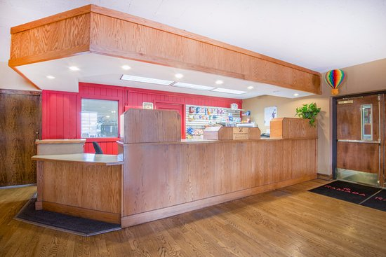 Ramada Albuquerque Airport: Hotel Lobby/Front Desk open 24 hours