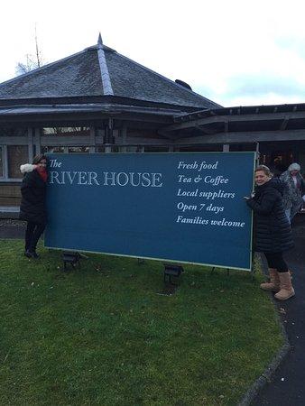 The River House : Alomoçamos no River House frequentado pelos moradores da região. Atendimento excelente, ambiente