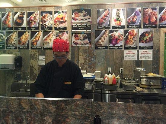 Hiroba Sushi: Chef at work