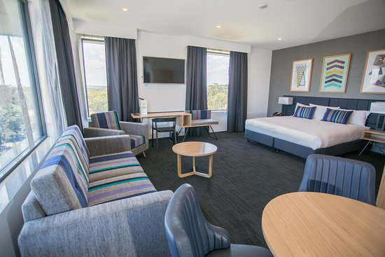 Eastern Creek, Αυστραλία: Club Suite - Large family room, king bed, upgraded bathroom amenities. Access to the Club Lounge