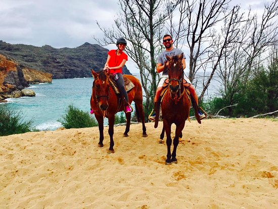 Koloa, Hawái: On our horses in front of the beach where Castaway was filmed!