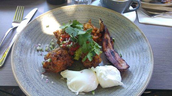 Fitzroy, Australia: Fritters with eggs & bacon