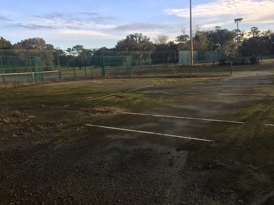 Grenelefe: One of the many tennis courts.
