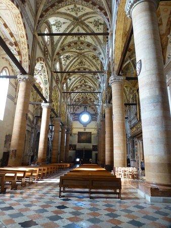 Chiesa di Sant'Anastasia: Colorful interior