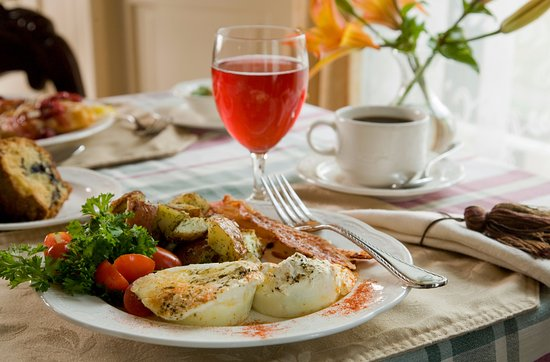Berry Manor Inn: Our amazing breakfast included with your stay!