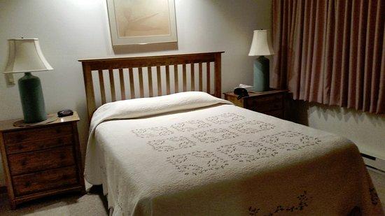 Killington, VT: Queen bedroom, unit A14