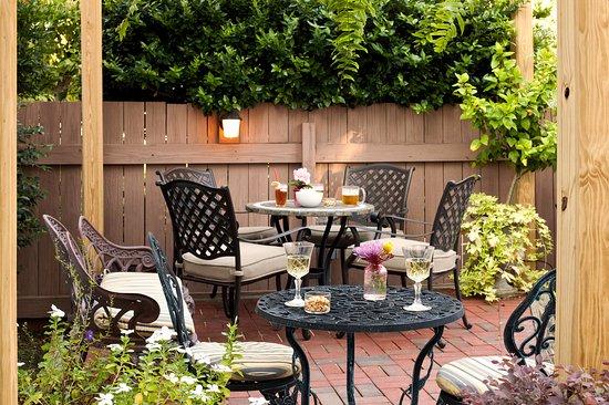Devereaux Shields House: Relax in the gardens