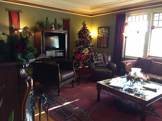 Abbeymoore Manor Bed and Breakfast Inn: the cozy living room