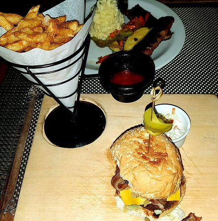 Worthing, Barbados: Mojoan Burger with BEST fries on the island