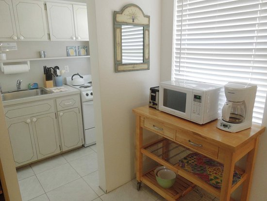 Bahama Beach Club Apartments: Studio kitchen