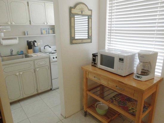 Bahama Beach Club Apartments: Studio kitchen