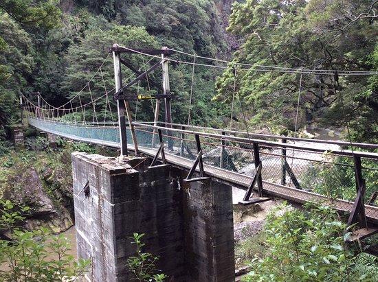 Westport, Neuseeland: Swing bridge along the walkway