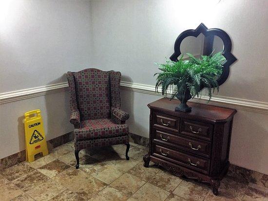 Danville, فيرجينيا: Arm chair next to the elevator