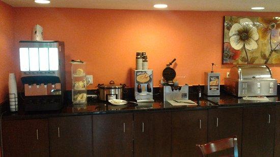 Days Inn by Wyndham Brooksville: Máquina de waffles