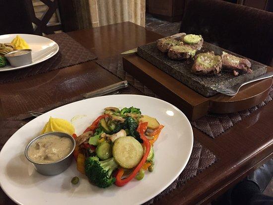 Box Classic Restaurant: 石焼きステーキ。付け合せの野菜もたっぷり
