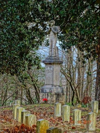 Friendship Cemetery: War heroes