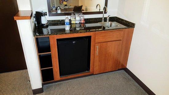 Hyatt Place Orlando Airport: Fridge, coffee and sink