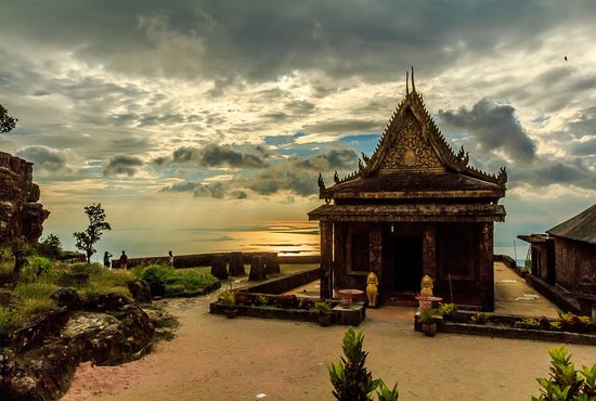 Kampot, Cambodja: Sunset time behind sampov pram pagoda
