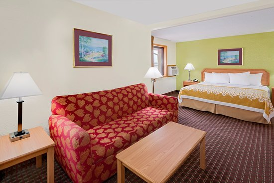 Fort Dodge, IA: King Suite with Hot Tub in the room