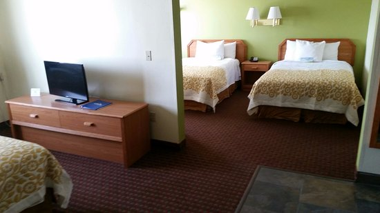 Fort Dodge, IA: 2 room suite with 3 beds ,Flat Panel TV in Both rooms,new lamps
