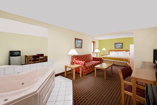 Fort Dodge, IA : King Suite with Hot Tub in the room