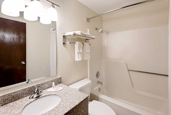 Fort Dodge, IA: Nice clean Bathrooms,with Tubs,Granite Vanities
