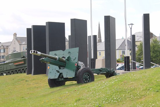 Carrickfergus, UK: Artillery, war monument.