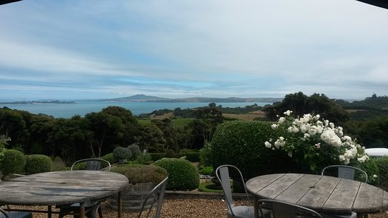 Oneroa, นิวซีแลนด์: Rangitoto Island in the distance. Overcast and rain at the time