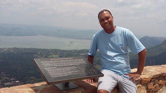 Hartbeespoort, Νότια Αφρική: On the dassie trail reading some history.