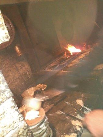 Valganna, Italien: panigacci in preparazione sul camino