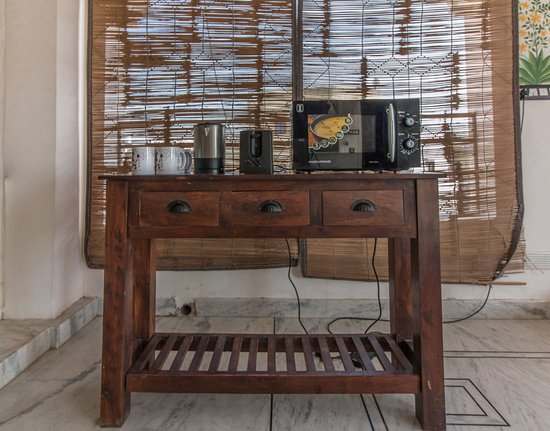 Backpacker Panda Lake Pichola Udaipur: mini kitchenette