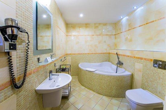 Most, República Checa: suite-bathroom