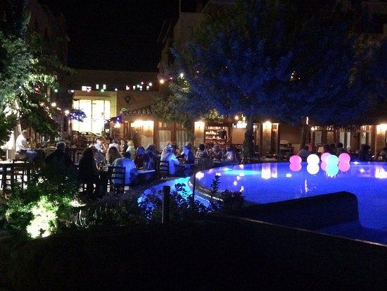 Basilica Holiday Resort : Вечернее украшение бассейна