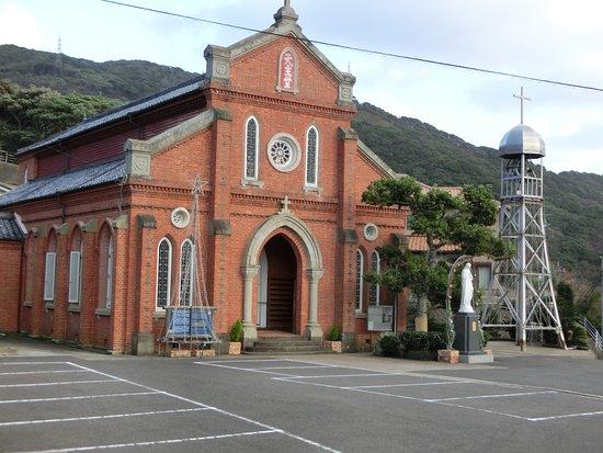 Shinkamigoto-cho, Japan: 手前の白い像はマリア様、向こうの塔は鐘楼です