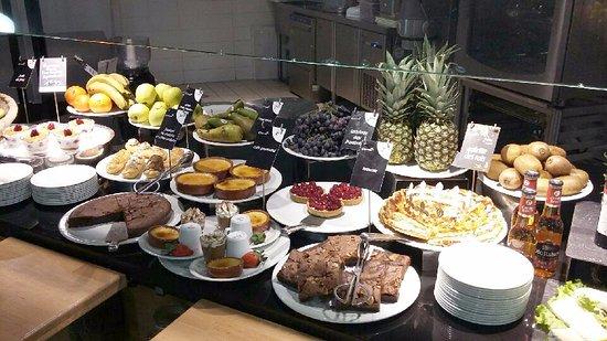 Pleuven, France: Buffet de desserts