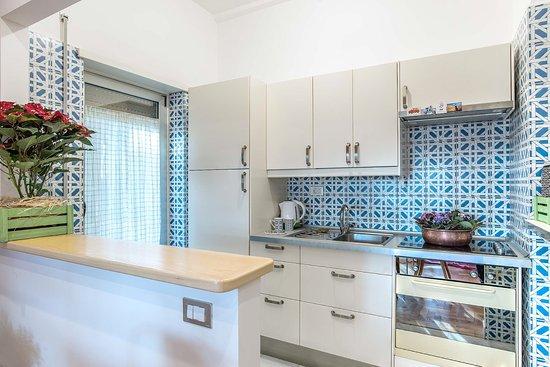 cucina completa di elettrodomestici e suppellettili - Foto di ...