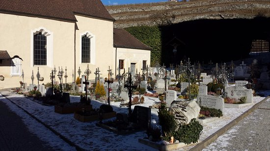 Varna, Italia: Cimitero nel fianco dell'Abbazia