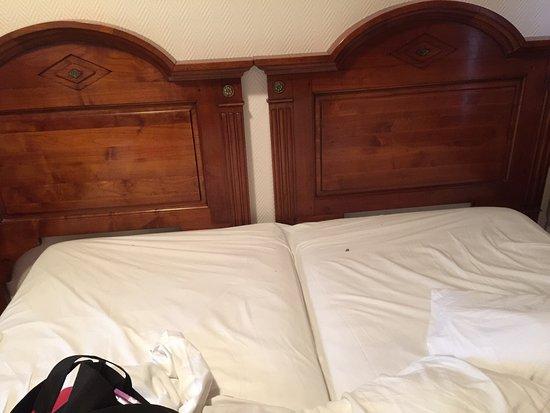 Saint-Gatien-des-Bois, Frankrijk: Voilà le fameux lit ds une chambre confort ainsi que les excréments ds le jardinet