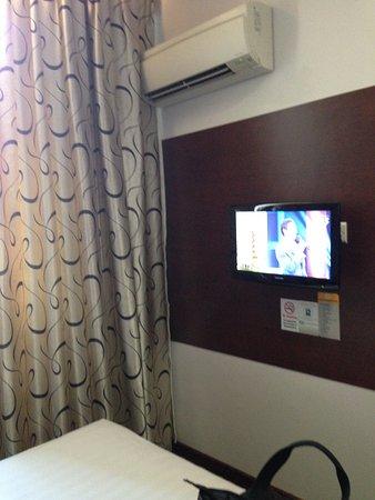سانتا جراند هوتل ويست كوست: the TV inside our room