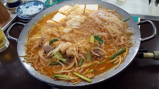 Amagasaki, Japan: 盛り合わせてっちゃん鍋(食べてる途中ですが(^_^;)