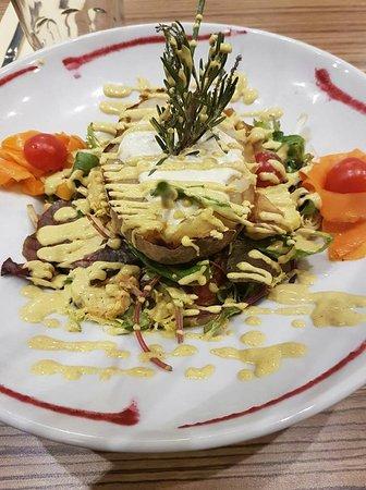 Vitry-sur-Seine, Francia: Salade des Indes: poulet mariné au curry, ananas, pomme de terre grillée au feu de bois et sa sa