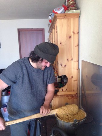 Ponte in Valtellina, Italia: Arturo alle prese con la polenta e il brasato cotte su un vecchia stufa a legna.....!!!