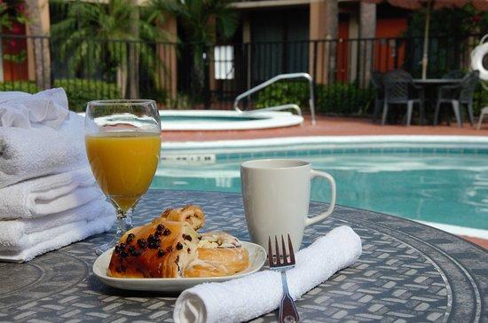 Days Inn & Suites Orlando Airport: Pool area