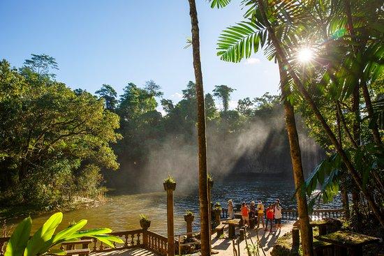 Mena Creek, Australia: 城堡旁的瀑布和小湖