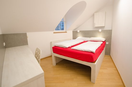 H2ostel: One of our double rooms with shared bathroom.