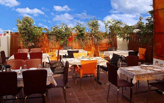 Hotel The Daanish Residency: Open restaurent