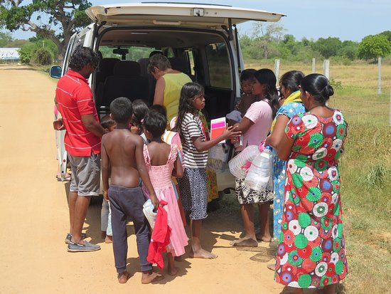 Katunayake, Sri Lanka: Take some presents with you when you are travelling Make children happy!!!