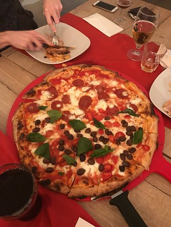 Pizzeria Alla Conchiglia: Tagliere per 4 persone, metà salamino metà olive e bufala